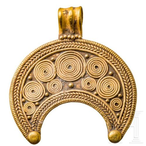 A fine Roman Lunula amulett, 1st 3rd century Pendentif doré en forme de croissan…