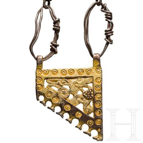 A Viking necklace with gold pendant, 9th – 10th century Une chaîne en argent, d'…