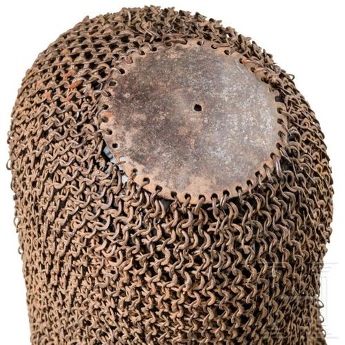 Kettenhaube, Indien, 18. Jhdt. Plaque de couronne en fer légèrement convexe avec…