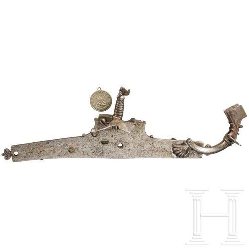 An Italian chiselled matchlock mechanism, 16th century Platine plate avec extrém…