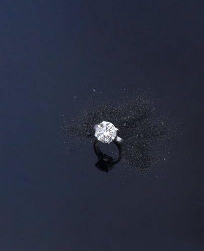 Bague en platine 850e ornée au centre d'un diamant rond de taille brillant. (Pie…
