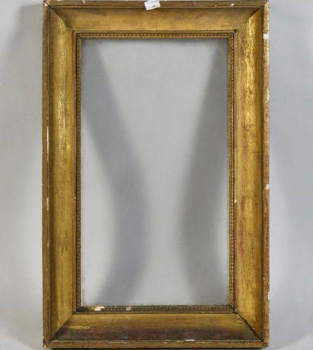Cadre dit à profil creux en bois et pate doré, avec son verre ancien.  Début du …