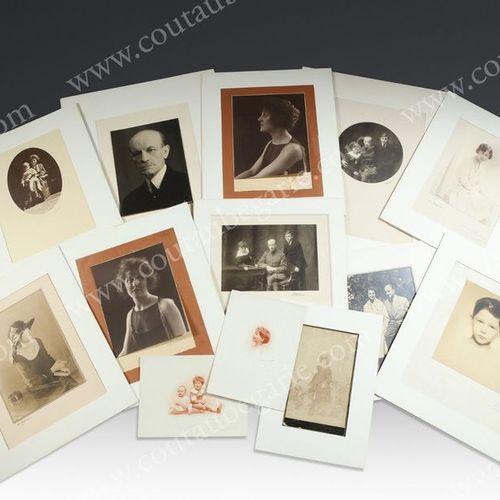 MAISON CASTELLANE Ensemble de portraits photographiques représentant différents …