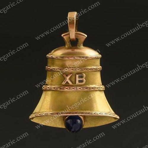 MÉDAILLON PENDENTIF EN OR En forme de cloche de Pâques orné des initiales en car…