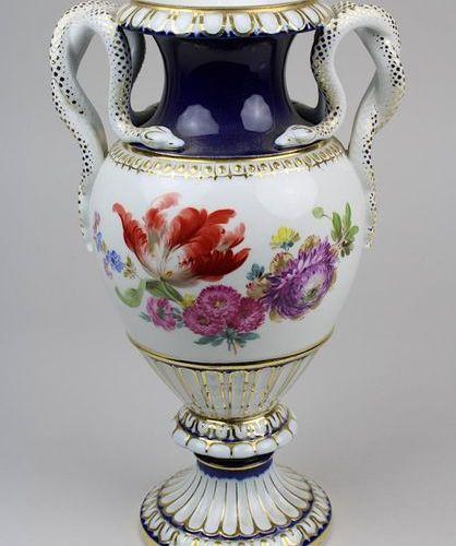 Vase à anse de serpent, Meissen fin du XIXe siècle, corps en forme de balustre, …