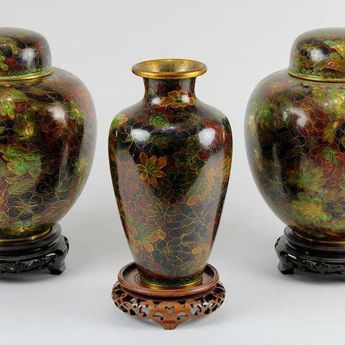 3 vases cloisonnés, Chine milieu du XXe siècle : Paire de vases à couvercle et 1…