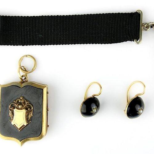 Trois bijoux anciens, composés d'un médaillon, héraldique, doublé, avec deux pla…