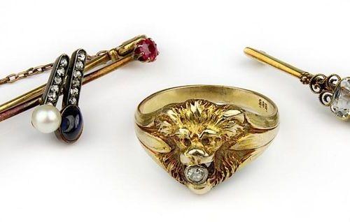 Bague avec tête de lion et 2 broches, chacune en or jaune 585, une broche et une…