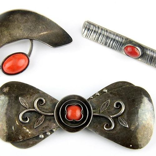3 broches artisanales en argent avec cabochons de corail, Sarrebruck, vers 1930 …