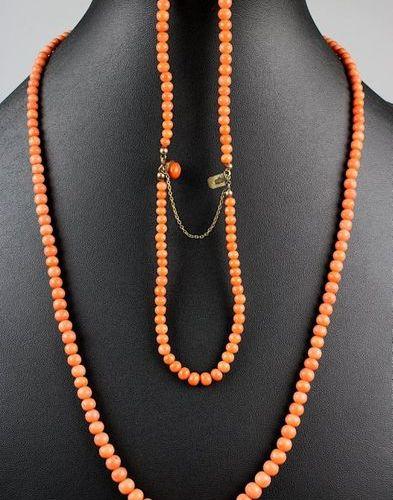 Collier et bracelet double rangée de perles de corail couleur saumon, chacune en…