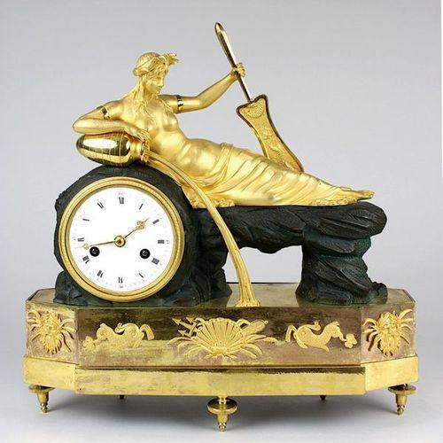 Rare pendule de table en bronze de style classique avec naïade, France vers 1790…