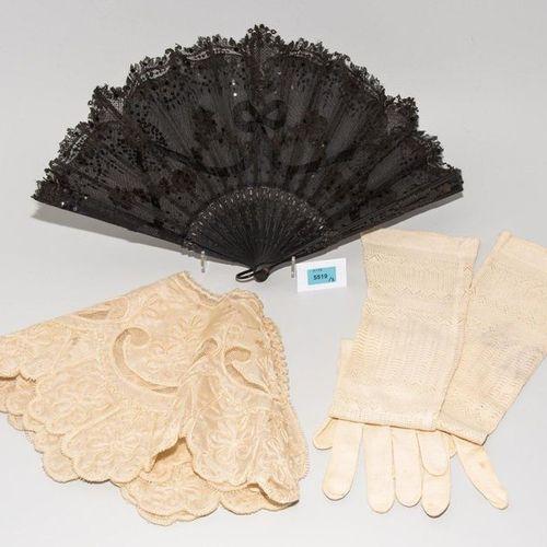 Lot: 3 Damen Accessoires Around 1900. (1) Folding fan with ebonised wooden stick…