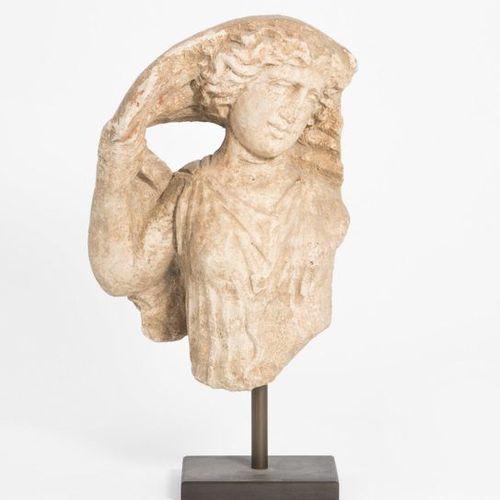Fragment einer weiblichen Figur Taranto, 4th/3rd century B.C. Limestone. Represe…