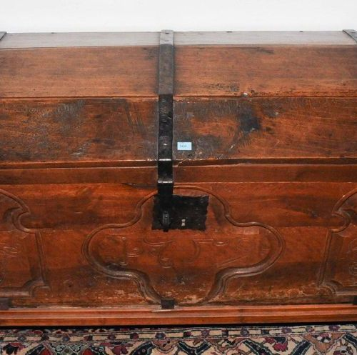 Truhe Baroque style 19/20th century walnut. Rectangular body on a plinth frame w…