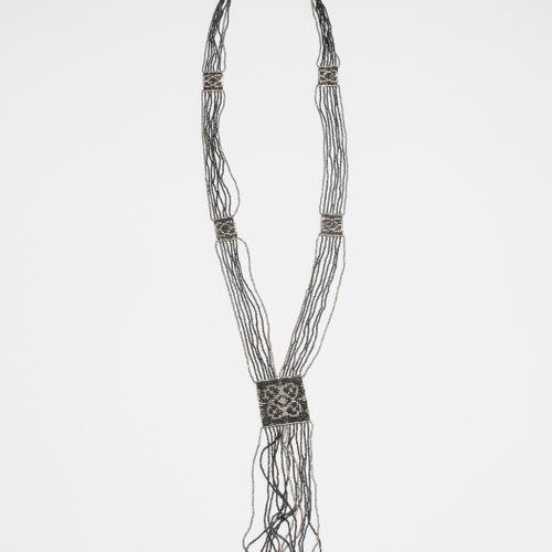 ART DECO Collier composé de perles de verre noires et argentées. L 50 cm.   Sign…