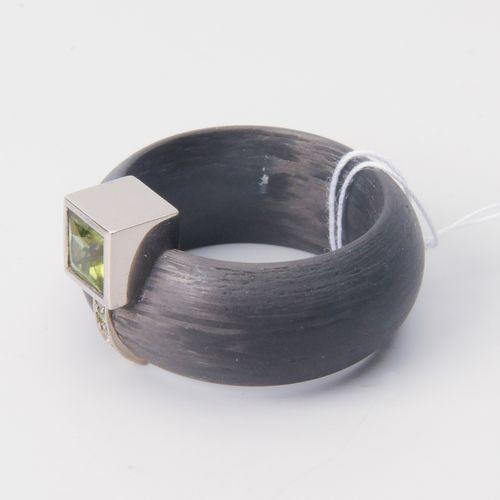 Peridot Brillant Carbon Ring Or blanc 750. Péridot taille princesse d'environ 0,…