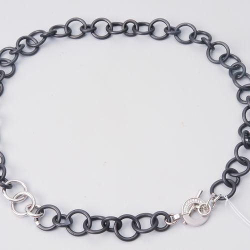 Brillant Eisen Collier Fer noirci/750 or blanc. Au niveau du fermoir, 24 petits …