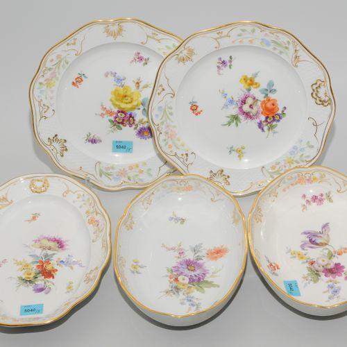 Meissen, 2 Teller und 3 Schalen Porcelaine, peinture florale polychrome dans le …