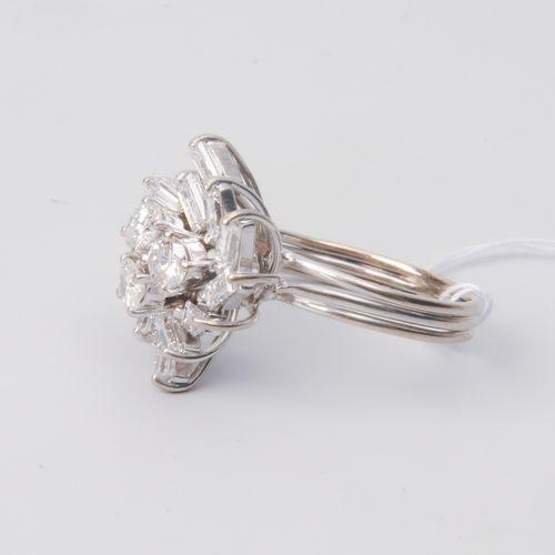 DIAMANT RING Or blanc 750. 15 diamants brillants et baguettes d'environ 1 ct. Ta…