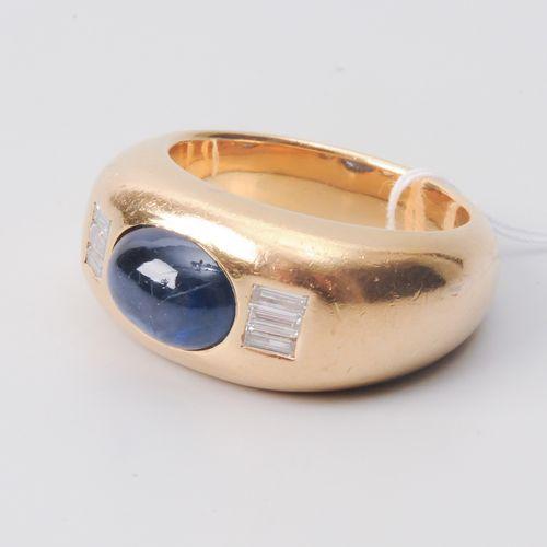 SAPHIR DIAMANT RING Or jaune 750. Cabochon en saphir d'environ 5,60 ct, 6 baguet…