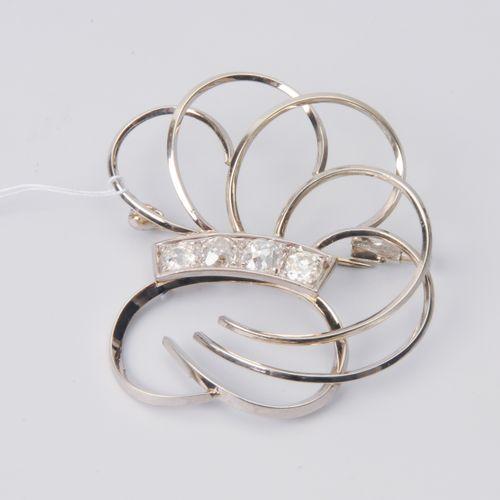 *Diamant Brosche Or blanc 750. 4 diamants taille ancienne d'environ 1 ct (3 endo…