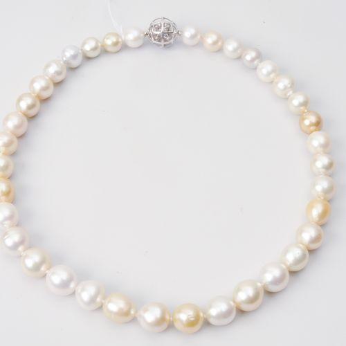 Kulturperlen Collier Or blanc 750. 36 perles des mers du Sud 10,3 12,3 mm Ø, cou…