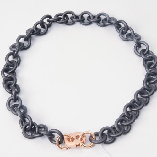 Eisen Gold Collier Fermoir en fer noirci/or rouge 750 sur chaîne en fer. L 44,5 …