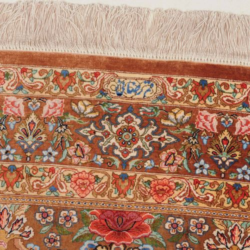 Ghom Seide Soie de Ghom  Z Persia, c. 1980. Tissu et chaîne en pure soie. Signé …