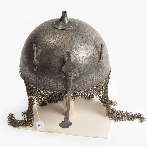 Helm, Kulah khud Casque, Kulah khud  Perse, XIXe siècle. Dôme en fer gravé et gr…