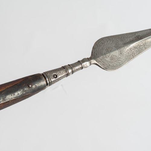 Offizierspike 官员的穗子  法国,18世纪。 树叶状的铁器,有突出的中央脊,有一个略微弯曲的点,有一个冲击性的压痕。剑身底部两侧细密地蚀刻/凿刻着…