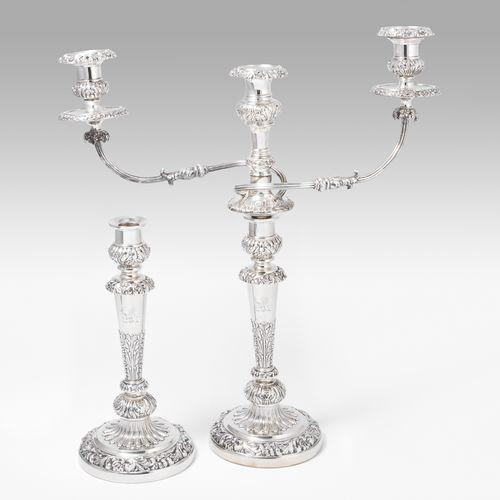 1 Paar Kerzenstöcke 1对烛台  谢菲尔德,1821年。银质,有重量。主人的标记是托马斯和约翰 塞特尔。圆拱形的底座,上面是带有中央出水口的柱…