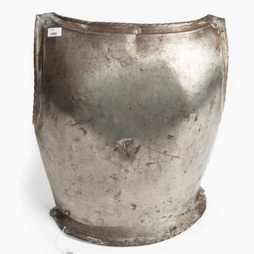 Harnischrücken 盔甲背面  德国南部/瑞士,16世纪。 功能合理,轻便,仆人的盔甲,生锈。由脊状物衬托的边缘简直是厚颜无耻;外面有使用的痕迹。里面…