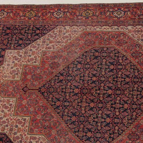 SENNE Senne  W Persien, um 1910. Das Innenfeld ist mit ineinander liegenden, gez…