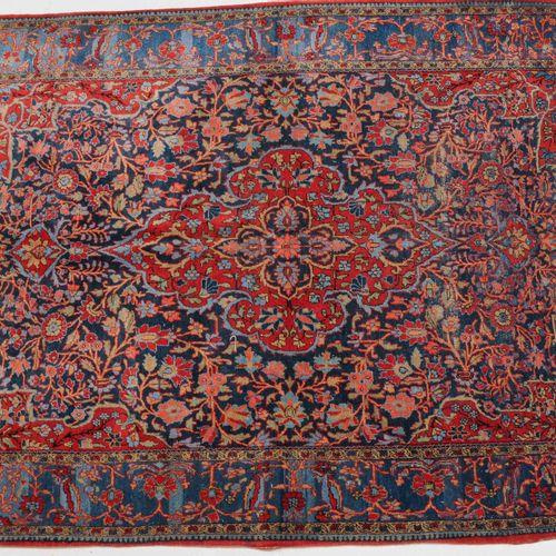 KASHAN Kashan  Z Persia, c. 1910. El campo central de color azul intenso contien…