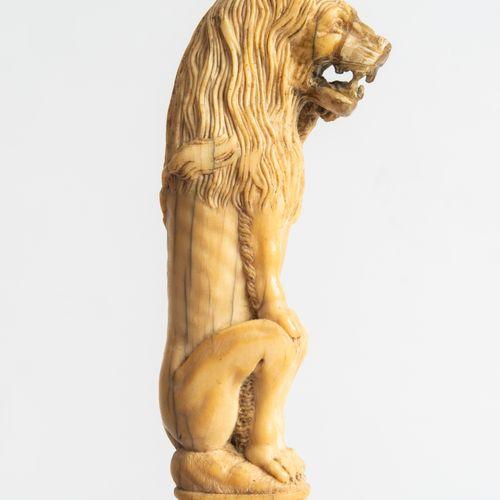 Hirschfänger 猎鹿人  德国/荷兰,约1750年。 精雕细琢的骨质剑柄,呈坐狮状。简单的铜质轴套。索林根单刃刀,有中心点和后缘,以及在forte上有…