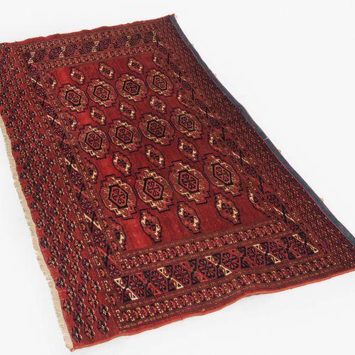 Jomud Juwal Joyau Jomud  S Turkménistan, c. 1920. Le fond brun rouge est rempli …