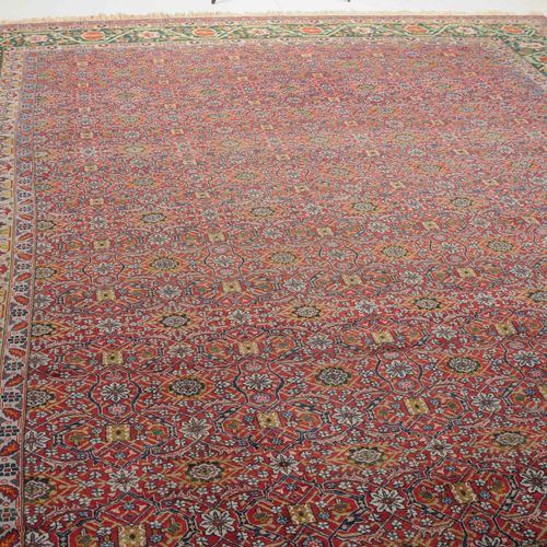 TÄBRIS 大不里士  波斯西北部,约1910年。 浓密的花纹。整个红色地面上布满了各种图案的串联装饰物,两边是精细绘制的棕榈树、叶藤和花朵,无休止地重复。4…