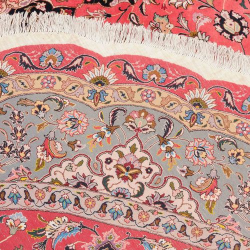 TÄBRIS 大不里士  波斯西北部,约1990年。 超细织品。粉红色的场地上有一个间距很大的8格星形徽章,颜色对比强烈,两边是丝状的花朵设计。边框由几个精细绘…