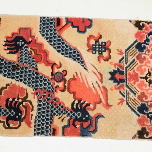 Pao Tao 宝涛  Z 蒙古,约1940年,柱状地毯。黄地表现了一条有五只爪子的御龙和一颗许愿的珍珠,两边是作为装饰性填充图案的云带。山和水的边框构成了下半…