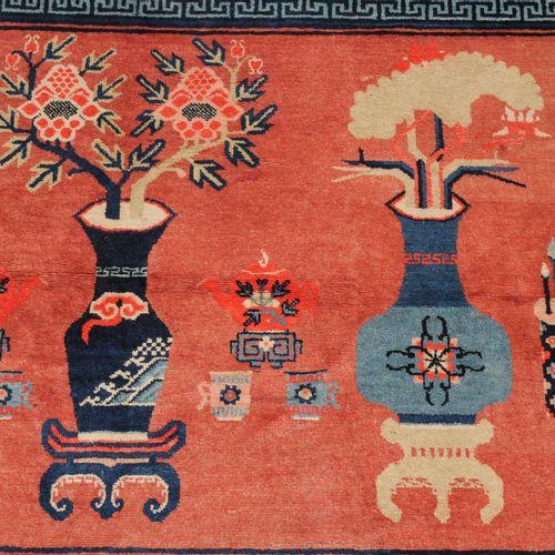 Pao Tao Pao Tao  S Mongolei, um 1930. Auf lachsfarbenem Grund figurieren 3 Tisch…