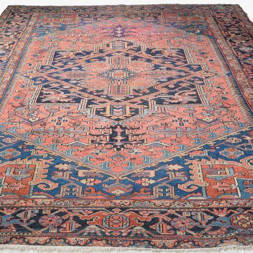 HERIZ Heriz  Perse du Nord Ouest, vers 1930. Un élégant médaillon central bleu n…