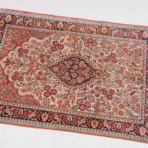 Ghom Seide Soie de Ghom  Z Persia, c. 1980. Tissu en pure soie. Un médaillon flo…