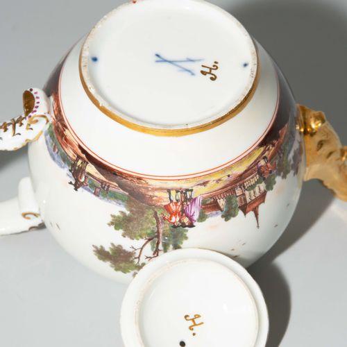 Meissen, Teekanne 迈森,茶壶  瓷器,约1730/35。釉里红剑纹,压号3和鎏金印H.(壶和盖)。压制的球形,有动物头的水口,手柄上有应用的刺…