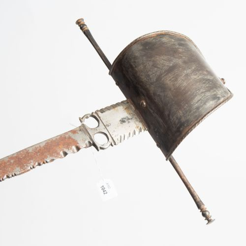 Linkhanddolch 左手匕首  西班牙,约1700年。 铁制刀柄,带有橄榄色的鞍座;刺刀带有带状的防卫装置和末端有结点装饰的直柄。剑柄上有绕线,握柄卡套…