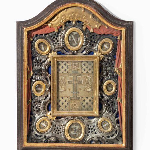 "Reliquien Bild ""Heiliges Kreuz"" 圣十字遗物图片  阿尔卑斯山,1800年左右。 中央圣十字触摸遗物,周围是精细的修道院作品,有装…"