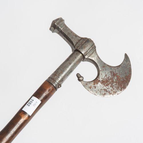 """Bergmannsstock 矿工的棍子  匈牙利,数据。斧刃上有一个凸起的月牙形弧形边缘,正面刻有首字母,背面是 """"1860 """"年,围绕着一圈纹章。抛光的木质…"""