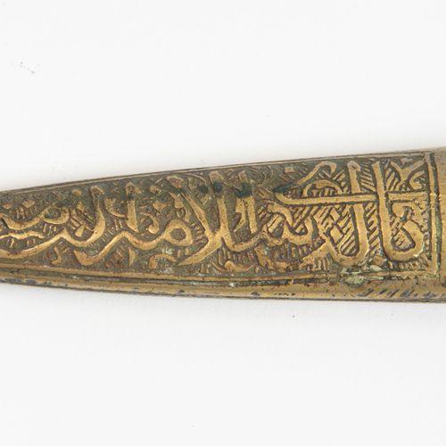 Dolch, Pesh Kabz 匕首,pesh kabz  印度,17 19世纪。 实心的黑腿握把,上面有一个Wootz握把框架。有明显使用痕迹的暗色T型背带…