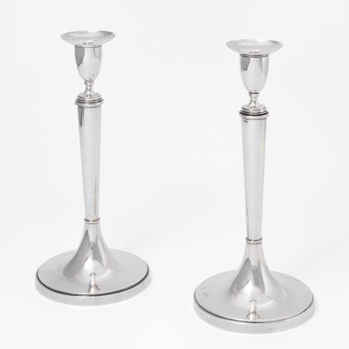 1 Paar Kerzenstöcke, Rom 1对烛台,罗马  1830年左右,银质。硕士标记安吉洛 詹诺蒂。光亮的表面,圆形的底座,上面是圆锥形的柱轴,有…