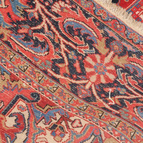 HERIZ Heriz  Persia noroccidental, c. 1930. El campo central rojo contiene un im…