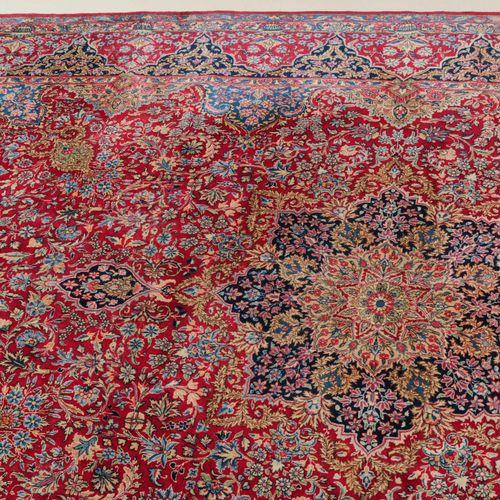 "KIRMAN Kirman  Z Persia, vers 1930. Modèle dit ""millefleurs"". Un élégant médaill…"